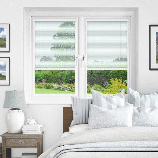 Хоризонтална щора между стъкло с ламели 25 мм цвят бял